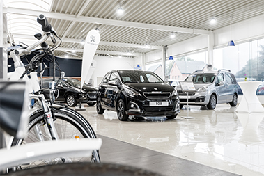 Nieuwe modellen in de showroom van Garage Vanbussel te Peer.